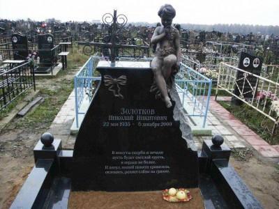 Черный гранитный памятник со скульптурой ангелочка