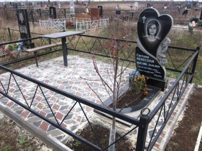 Элитный памятник с ограждением для могилы девушки