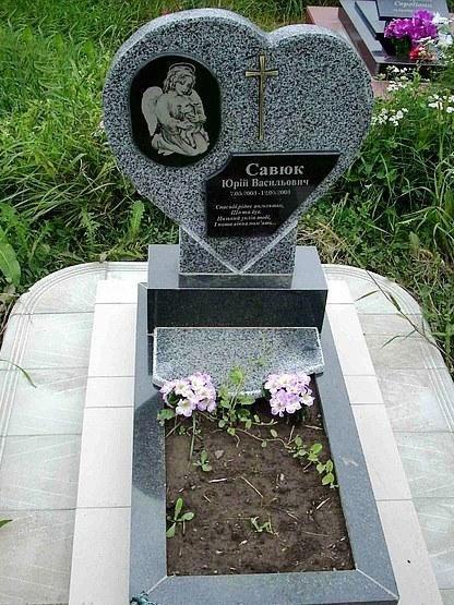 Памятник из янцевского гранита в виде сердца