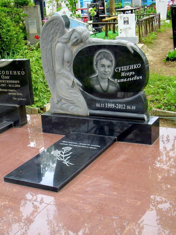 Детский надгробный памятник с ангелом