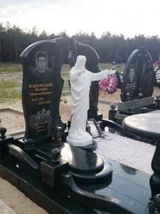 Гранитный памятник со скульптурой Иисуса Христа на могилу