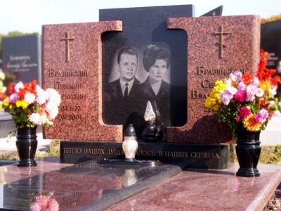 Две черные гранитные вазы для надгробного памятника