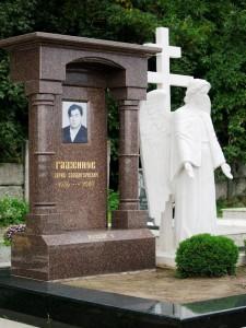 Элитный гранитный памятник с ангелом для отца
