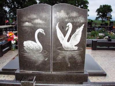 Двойной гранитный памятник с гравировкой лебедей