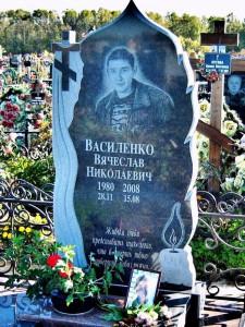 Элитный мужской памятник из черного гранита с резным крестом и свечой