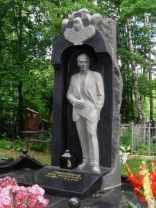 Гранитный памятник со скульптурой человека в полный рост