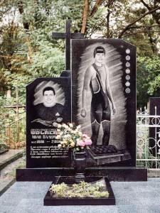 Черный гранитный памятник на могилу спортсмена