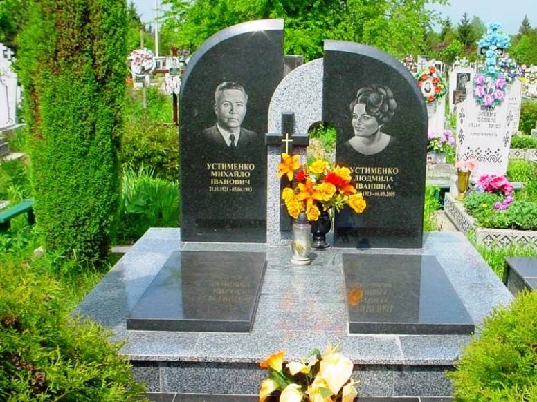 Двойной памятник из головинского гранита