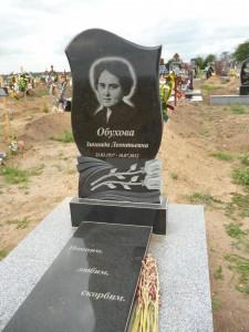 Памятники на могилу из черного гранита фото