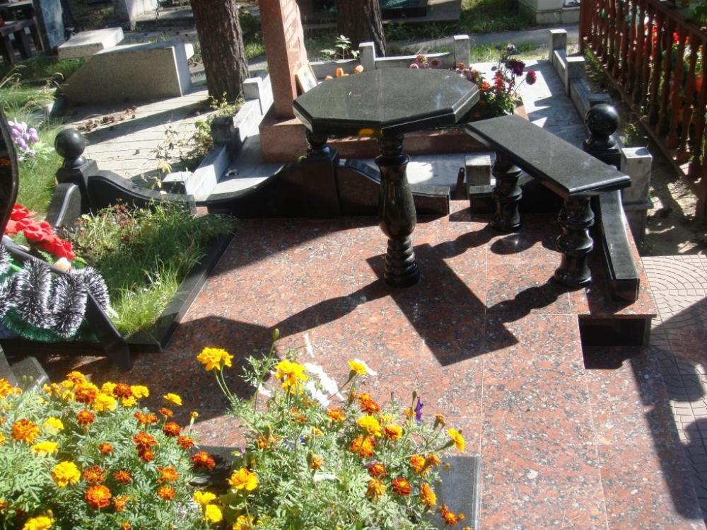 Маленький гранитный столик черного цвета на могиле