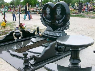 Элитный двойной памятник из черного гранита для семьи