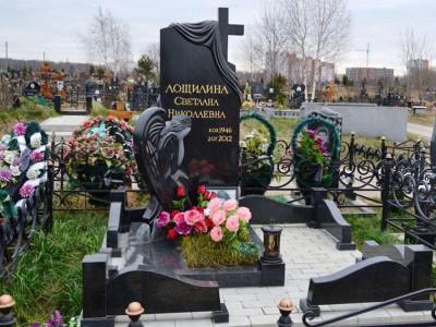 Надгробный памятник со скульптурой и открытым цветником