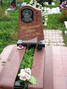 Красный памятник с полузакрытым цветником для мальчика