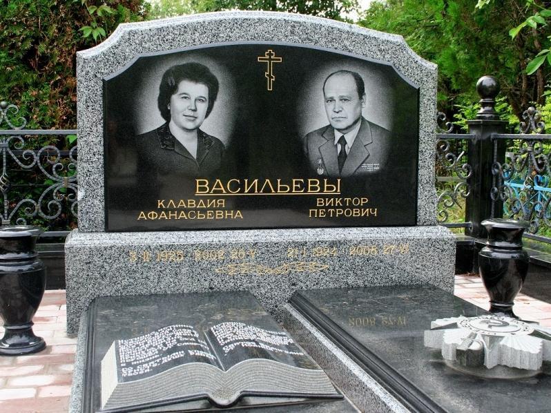 Двойной семейный памятник с закрытыми цветниками