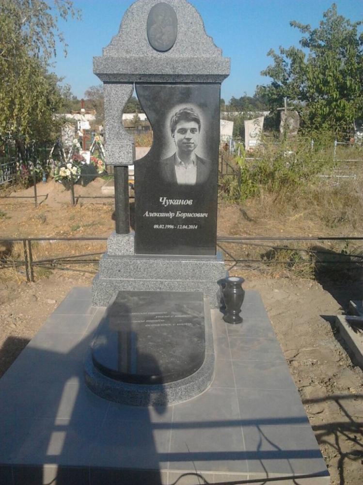 Черно-серый гранитный памятник на могилу парня
