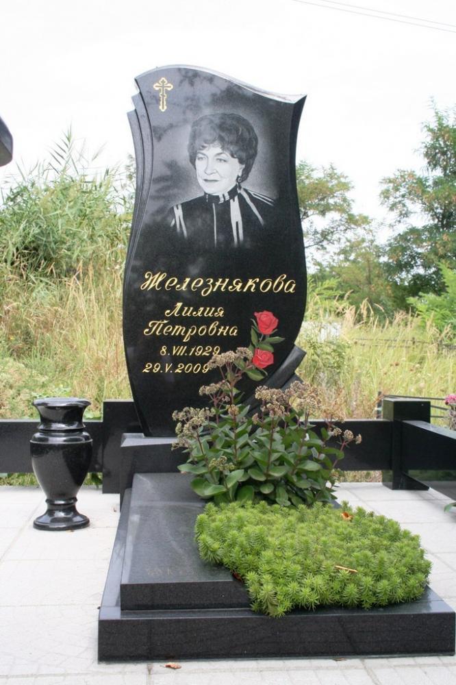 Памятник из черного гранита для женщины