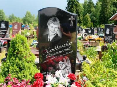 Памятник для юноши с ангелом