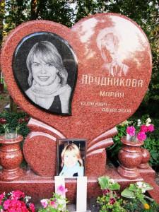 Памятник в виде сердца из красного гранита