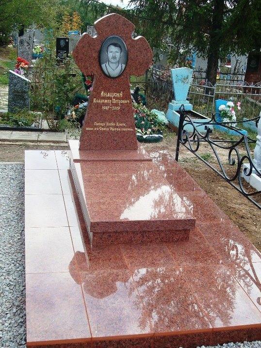 Резной памятник из капустинского гранита