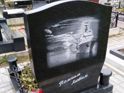 Надгробный памятник с гравировкой для рыбака