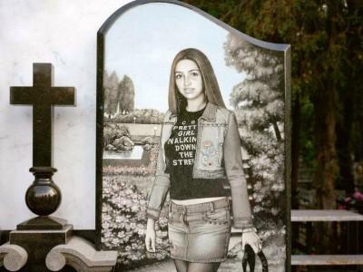 Гранитный памятник с гравировкой для дочери
