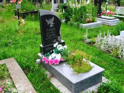 Детский надгробный памятник с высоким цветником