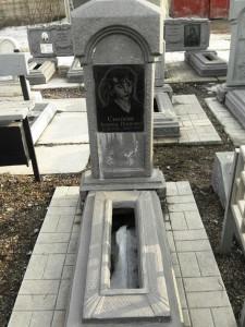 Памятник из бетона с гранитной вставкой для женщины