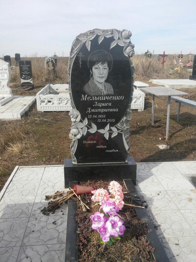 Овальный резной памятник с розами на стеле