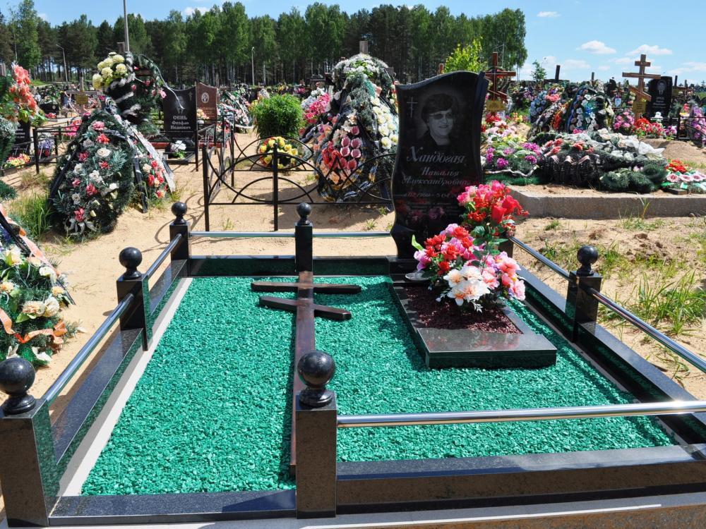 Зеленый гравий на надгробном памятнике