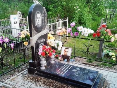 Гранитный памятник с двумя вазами для юноши