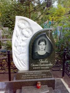 Современный резной гранитный памятник для девушки
