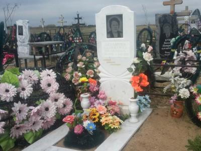 Белые вазы для надгробного памятника