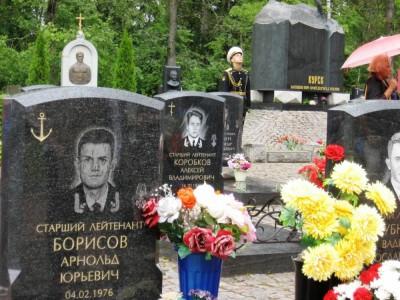 Гранитный памятник для моряка на кладбище