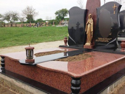 Надгробие с высоким полузакрытым цветником