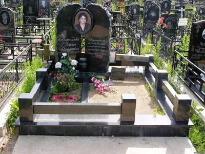Гранитный памятник с открытым цветником на могилу