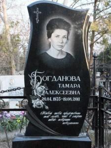 Женский памятник с черной вертикальной стеллой