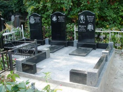 Памятники из черного гранита гранитной оградой