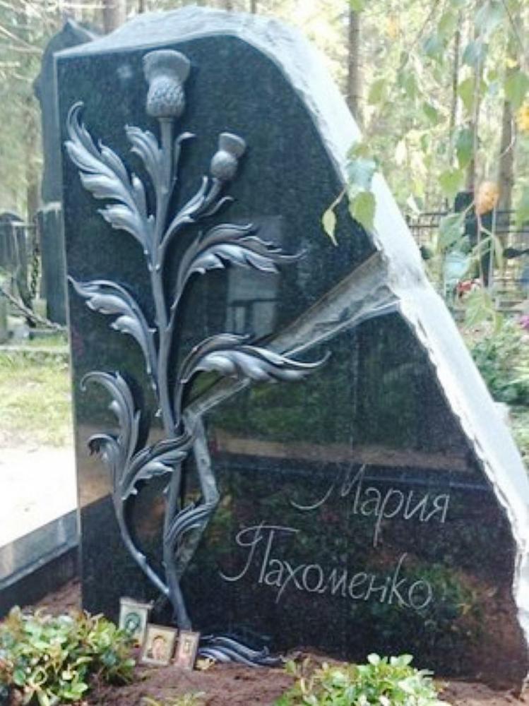 Эксклюзивный гранитный памятник с резной работой