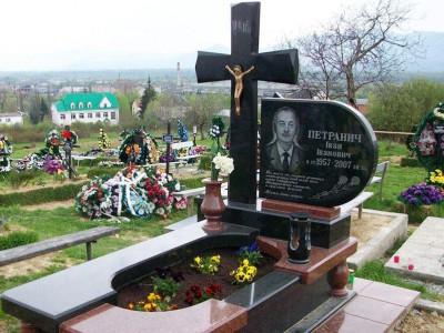 Открытый цветник для памятника из красного и черного гранита
