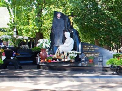 Эксклюзивный надгробный памятник из черного гранита для мужчины