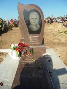 Памятник из красного гранита для мужчин