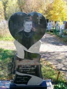 Гранитный памятник в виде сердца для юноши