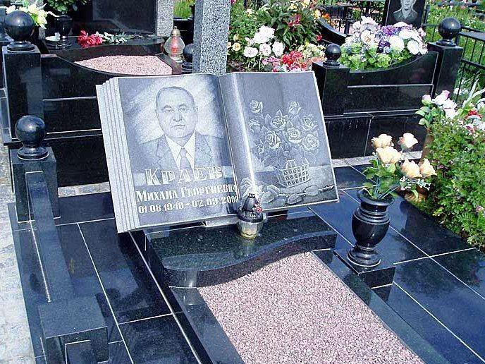Памятник в виде книги на могилу учителя