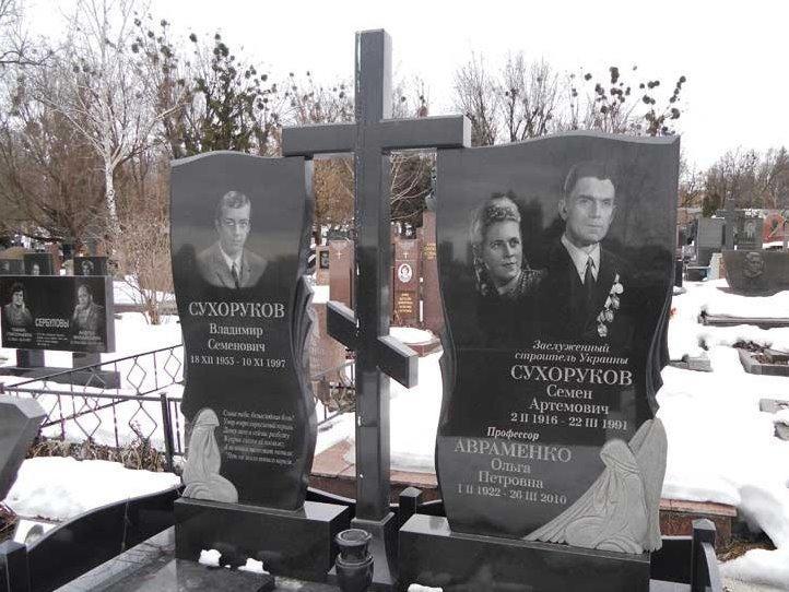 Гранитный памятник с крестом для троих