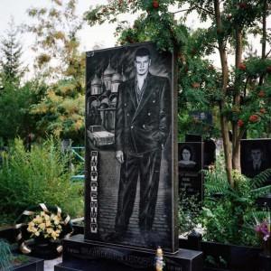 Черный прямоугольный памятник на могилу юноши