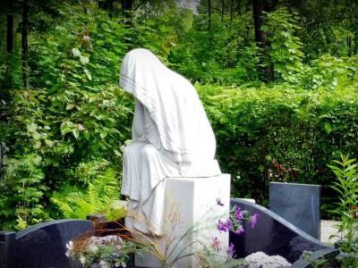Скульптура скорбящей матери для черного гранитного памятника