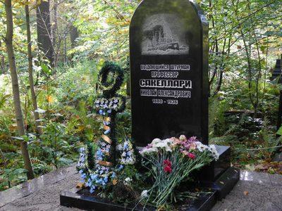 Полуовальный памятник на могилу моряка