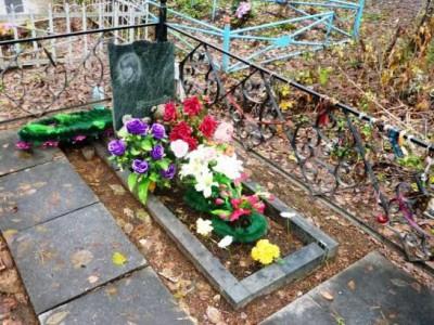 Зеленый надгробный памятник для дочери