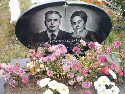 Двойной надгробный памятник овальной формы