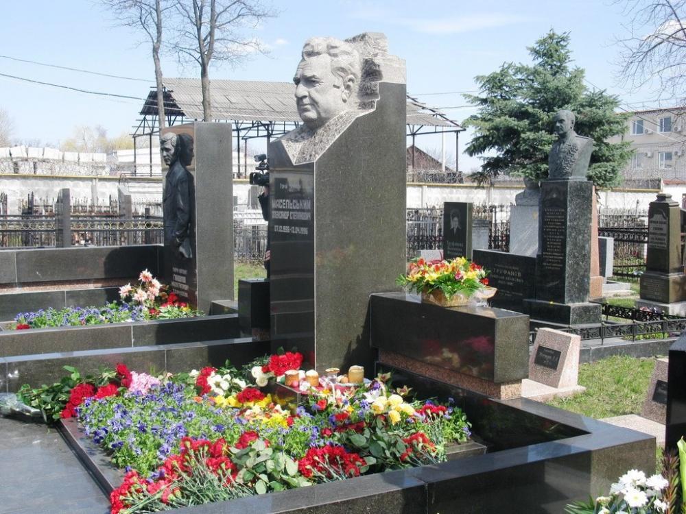 Могильный памятник из гранита со скульптурой